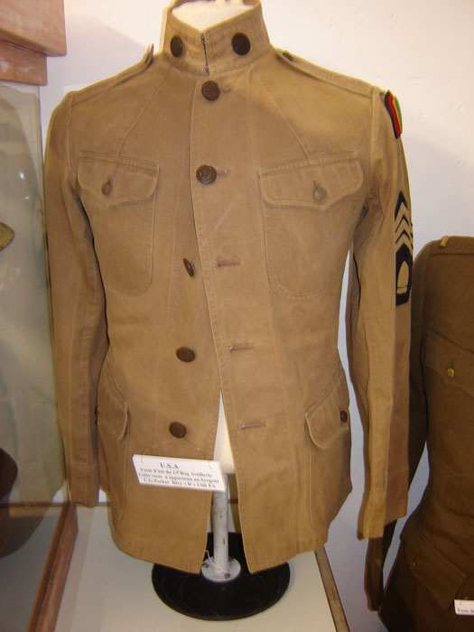 Veste d'été du 13 Régiment .Art US, a appartenu au sergent C.G.Parker Btry D 13thFA.( Collection privée : A.R )