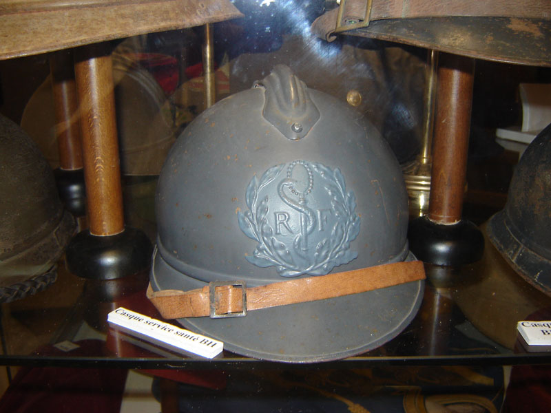 Casque Adrian du service de sante.(Collection privée: A-R).